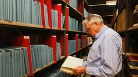 Einar Hallé, sønn av flyveren Gunnar Halle, vurderer å overlate farens loggbøker til Forsvarsmuseet.