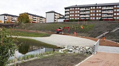 Bjerkedalen park er en av fire store bydelsparker som bygges i regi av Groruddalssatsningen. Parken har fått plass på det 38 mål store området mellom blokkene på Brobekk og Vollebekk.
