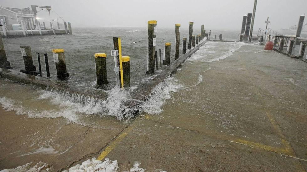 Havet vasker  over bryggene i Chatham Fish Pier i Massachusetts.