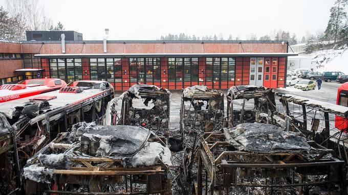 Fire hybridbusser brant opp. Nå har politiet en teori.